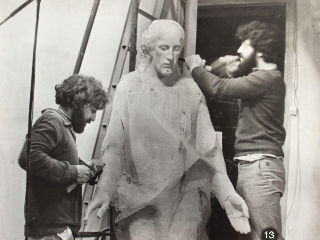Treballant en les escultures de la Sagrada Família en el taller de Joan Mayné.