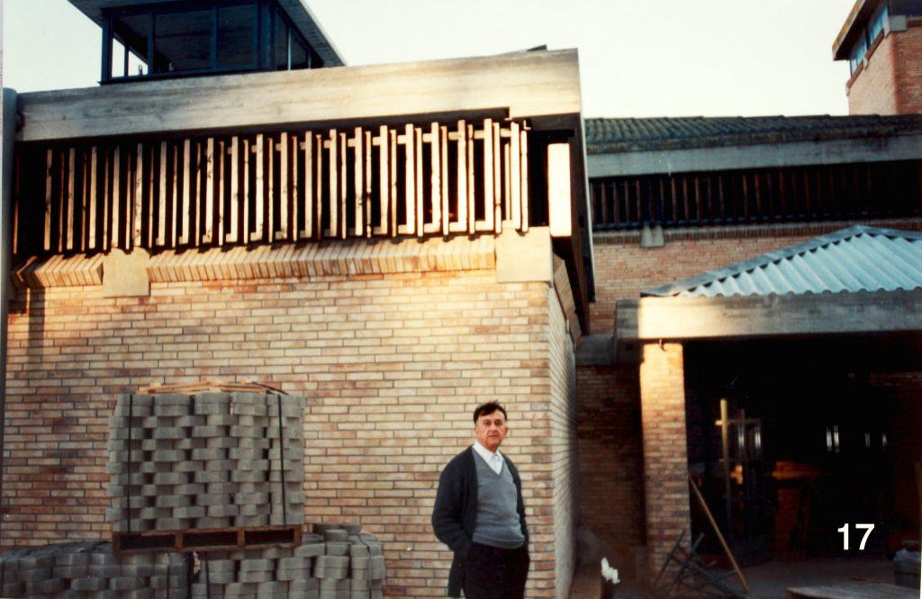 Mossèn Jaume davant les obres de la capella del Carrer Pierola.