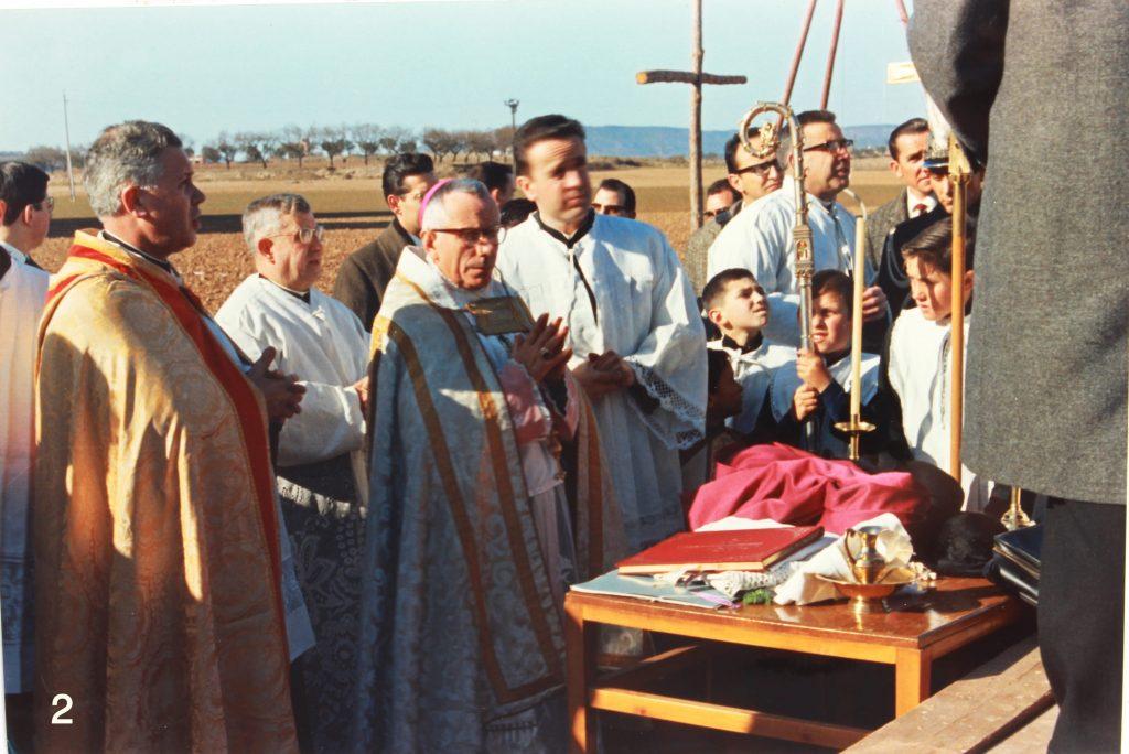 El bisbe Masnou, acompanyat de Mn. Genís Padrós, arxiprest, en la benedicció dels terrenys i col·locació de la primera pedra del temple parroquial, el 10 de gener de 1965.