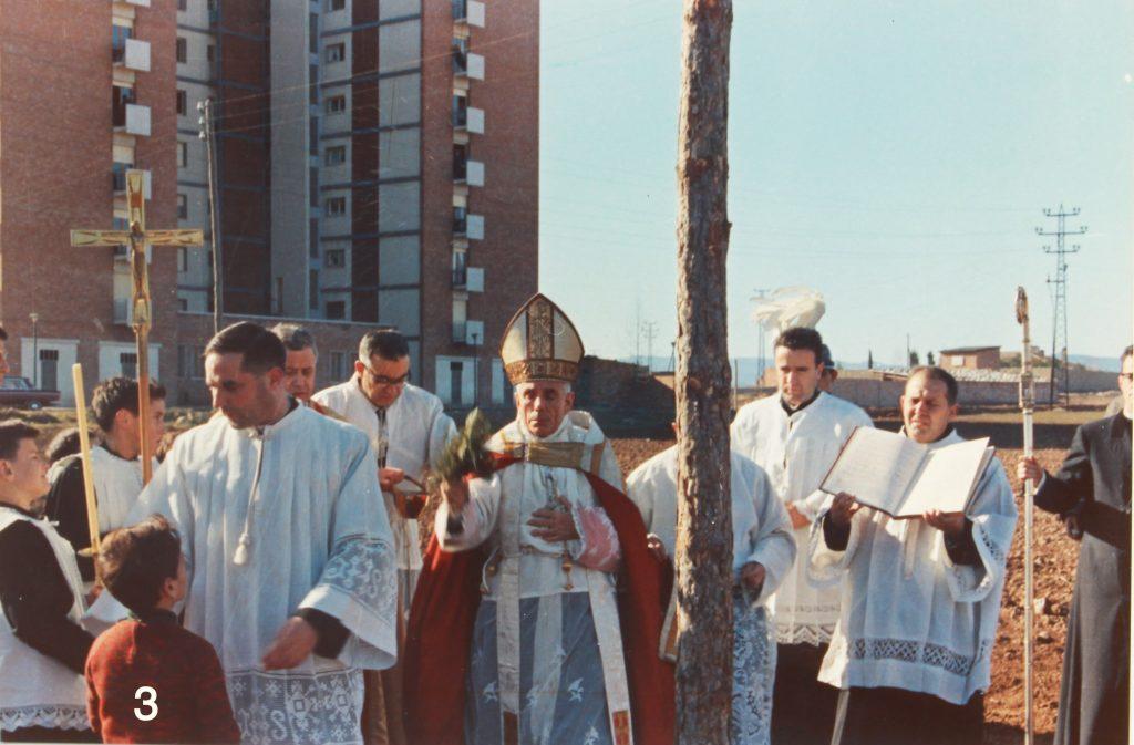 Imatge de la benedicció dels terrenys. A la dreta, aguantant el llibre, el sacerdot adscrit a la parròquia durant molts anys Mn. Pere Bruch i Capdevila (1918-2011).