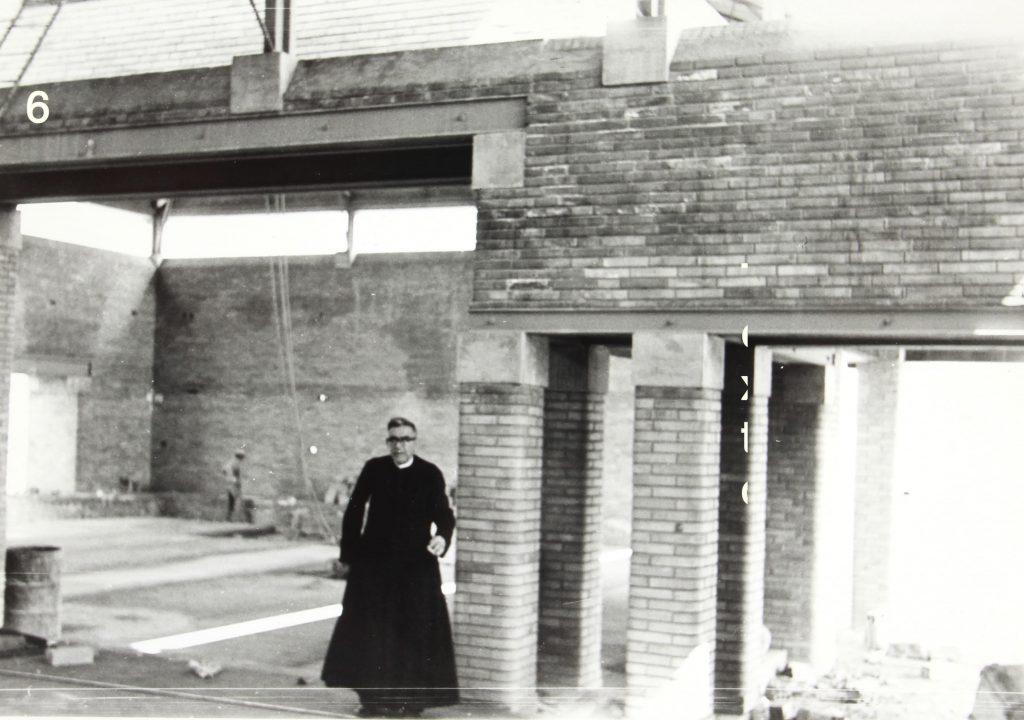 Mn. Lluis Toneu, rector de la parròquia entre 1958 i 1977 durant les obres del temple. (2)